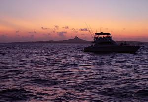 夕焼けの伊江島とクルーザー